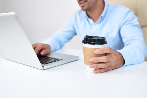 Empresario tomando café en el trabajo