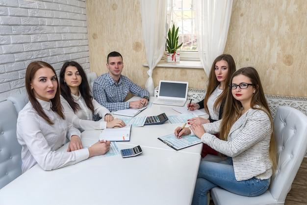 El empresario trabaja con formularios de impuestos 1040 en la oficina.