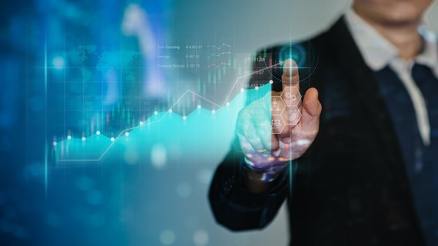 El empresario trabaja con ia para el resultado financiero del análisis económico mediante un gráfico de realidad aumentada digital
