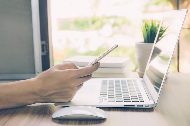 Empresario trabajando desde casa usando la computadora portátil.