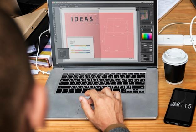 Empresario trabajando en una laptop