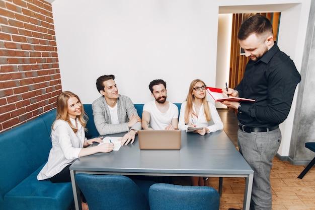 Empresario trabajando en una oficina