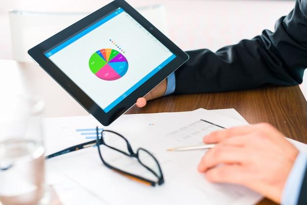 Empresario trabajando con tablet pc