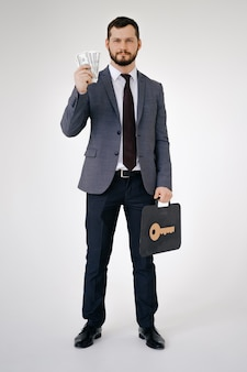 Empresario en traje retrato mantenga maletín en mano
