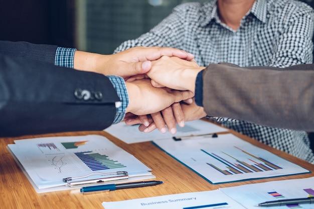 Empresario unir mano unida, equipo de negocios tocando las manos juntas.