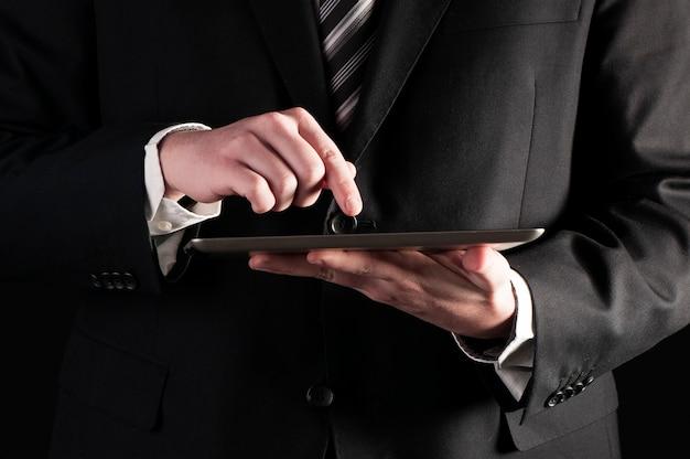Empresario usando una tableta
