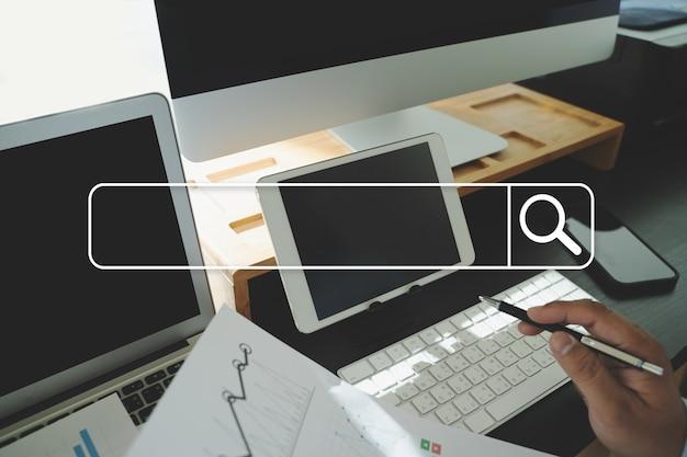 El empresario utiliza la red de internet de búsqueda de navegación internet de las cosas (iot) para la búsqueda de datos de internet de navegación