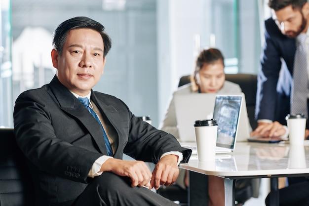 Empresario vietnamita seguro