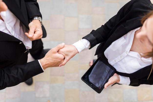 Empresarios agitando sus manos