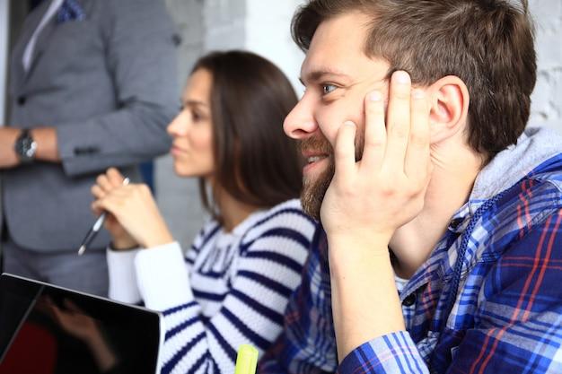 Empresarios alegres en reuniones de negocios, seminarios, conferencias o capacitaciones.