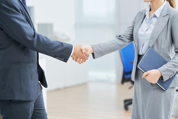 Empresarios anónimos estrechándole la mano