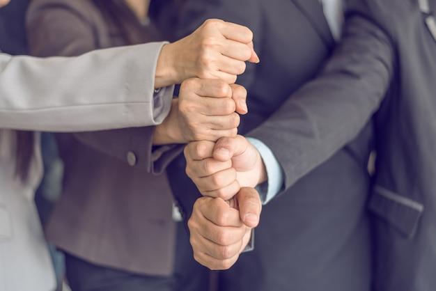 Empresarios apilando mano juntos