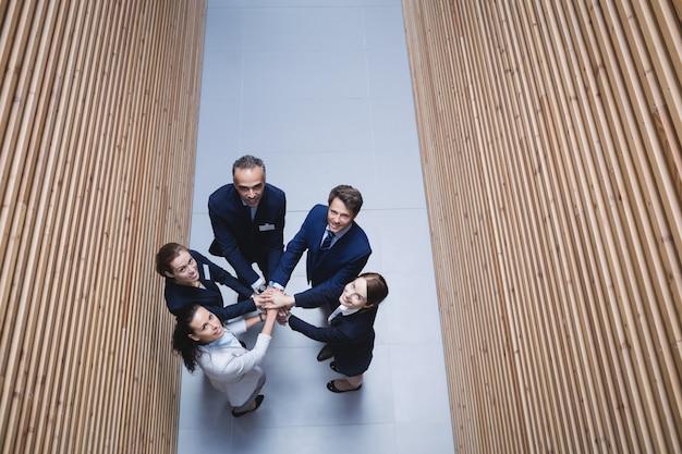 Empresarios apilando las manos juntas