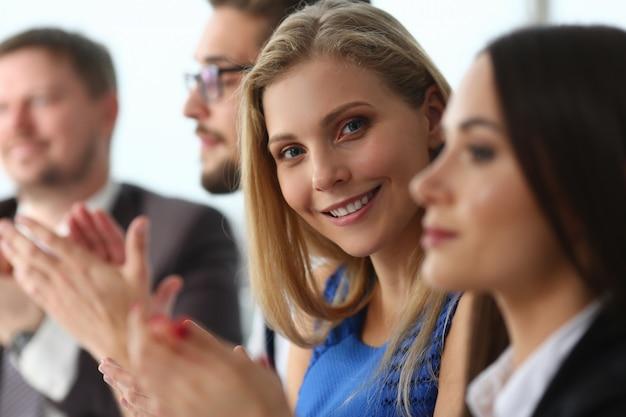 Empresarios aplauden durante el seminario en la oficina