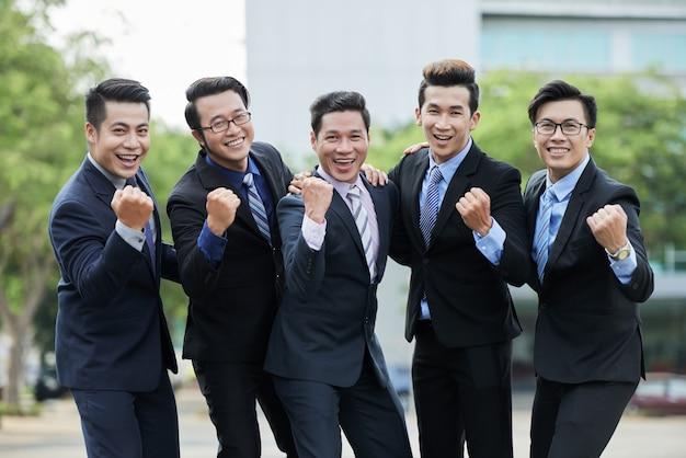 Empresarios asiáticos celebrando la victoria