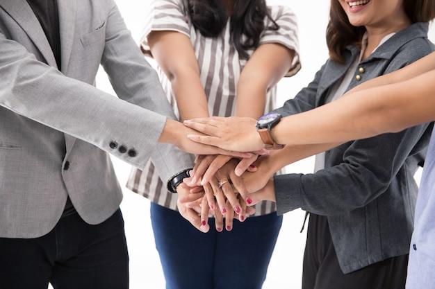 Empresarios asiáticos juntan las manos