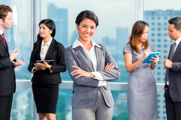 Empresarios asiáticos que tienen reunión en oficina