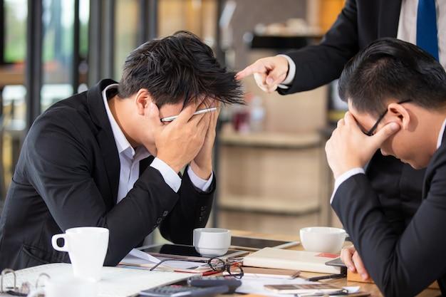 Empresarios asiáticos tristes y desanimados en la vida