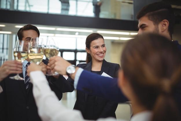 Empresarios brindando copas de champán