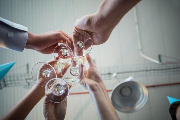 Empresarios brindando unas copas de vino