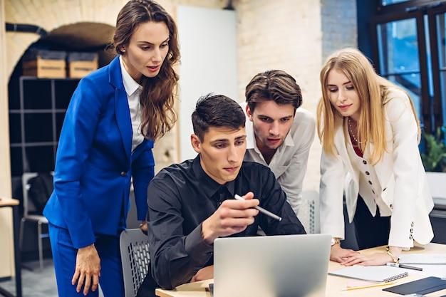 Empresarios buscando algo en la computadora portátil