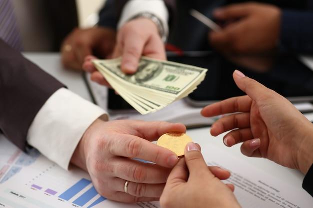 Los empresarios cambian de moneda y hacen un trato exitoso con dinero en armas