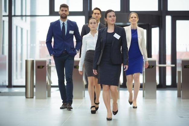 Empresarios caminando en un vestíbulo