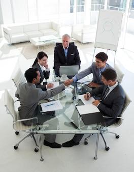Empresarios cerrando un trato en una reunión