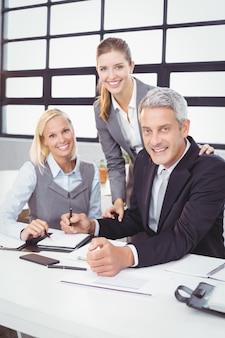 Empresarios con cliente en sala de reuniones