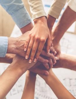 Empresarios cogidos de la mano juntos