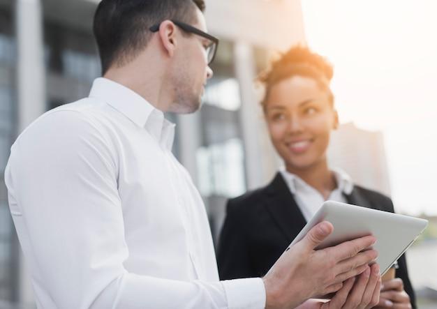Empresarios colaborando de cerca