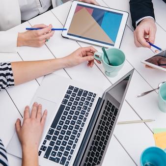 Empresarios con gadgets en el escritorio