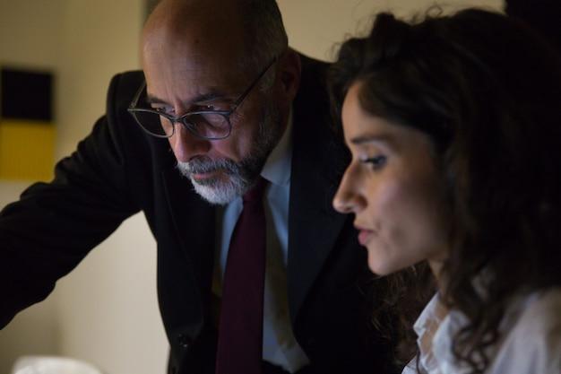 Empresarios concentrados trabajando juntos