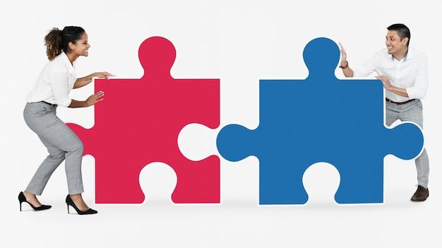 Empresarios conectando con piezas de rompecabezas.