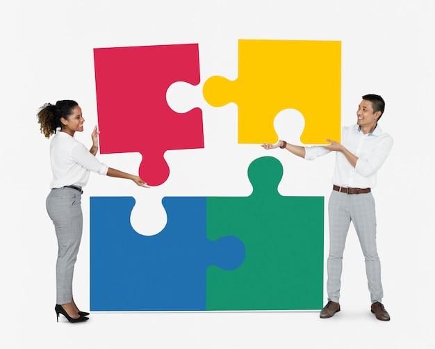 Empresarios conectando piezas de rompecabezas.