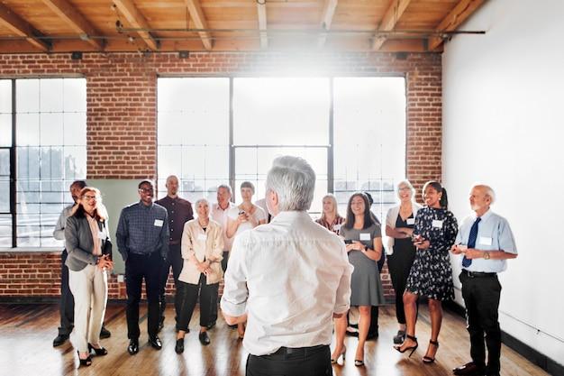 Empresarios en una conferencia de negocios