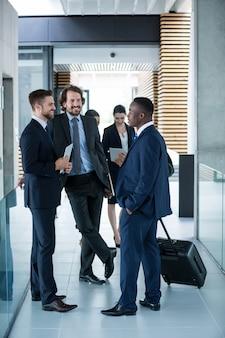 Empresarios conversando