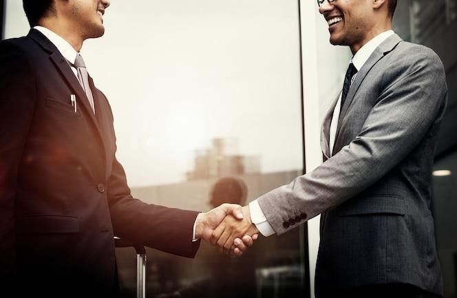 Empresarios corporativos agitando las manos