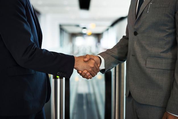 Empresarios corporativos dándose la mano