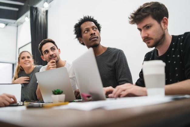 Empresarios creativos escuchando colega
