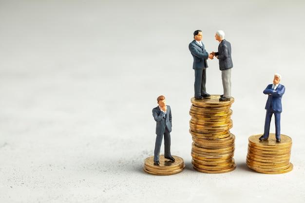 Los empresarios se dan la mano como símbolo de una transacción rentable exitosa