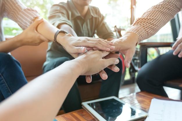 Los empresarios dan la mano después de la negociación comercial
