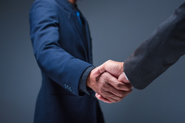 Empresarios se dan la mano en la oficina