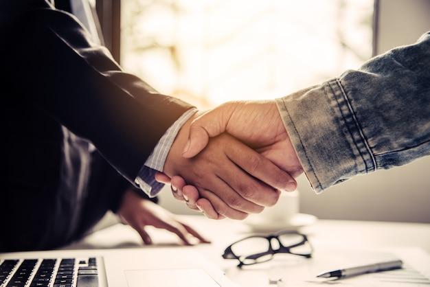Los empresarios se dan la mano con socios exitosos y felicitan