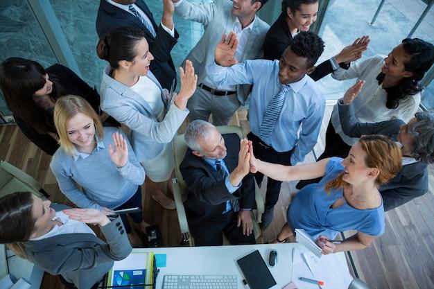 Empresarios dando cinco altos el uno al otro