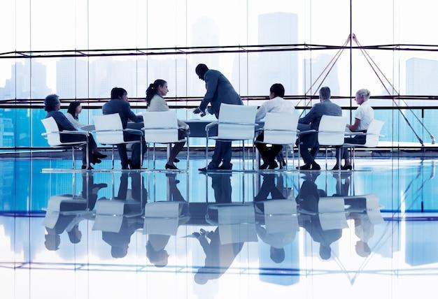 Empresarios en discusión constructiva
