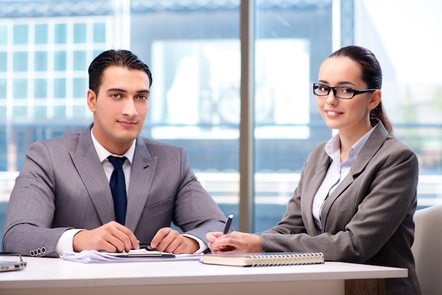 Empresarios discutiendo en la oficina