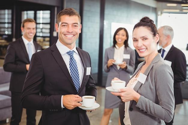 Empresarios discutiendo durante el recreo