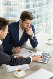 Empresarios discutiendo resultados de trabajo en reunión