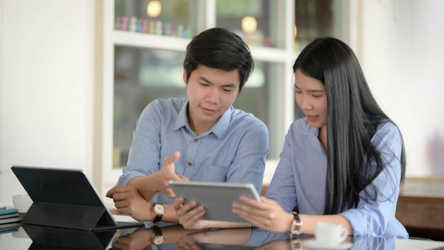 Empresarios discutiendo sobre su proyecto con tabletas digitales
